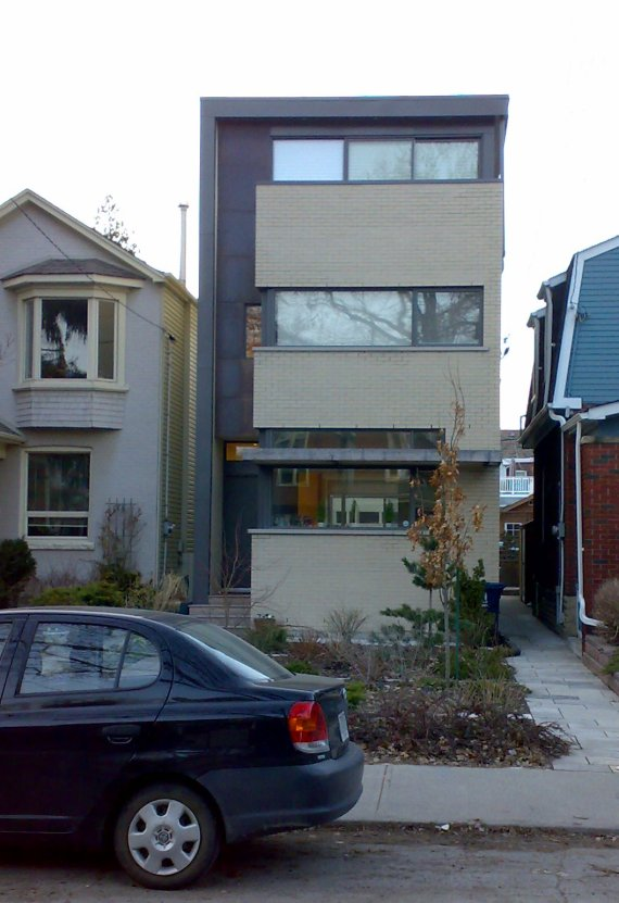 Found these two houses in Toronto, Canada posted on Flickr by onshi.