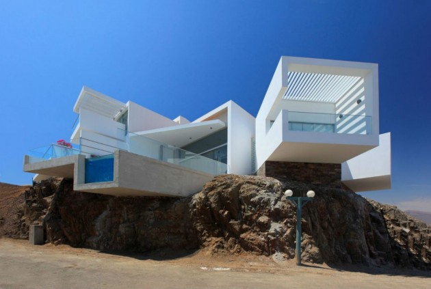 Protruding volumes give this house panoramic ocean views