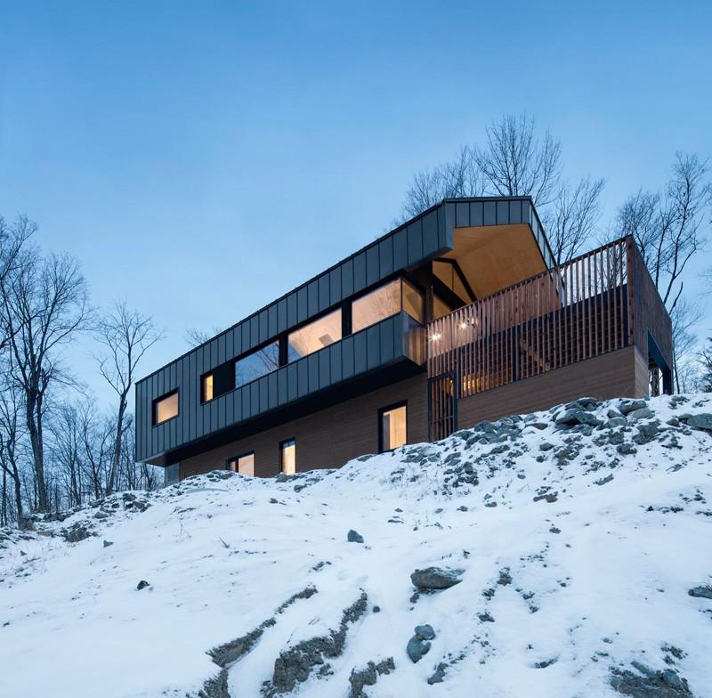 Частный дом Bolton Residence с встроенным гаражом. Канада, Квебек
