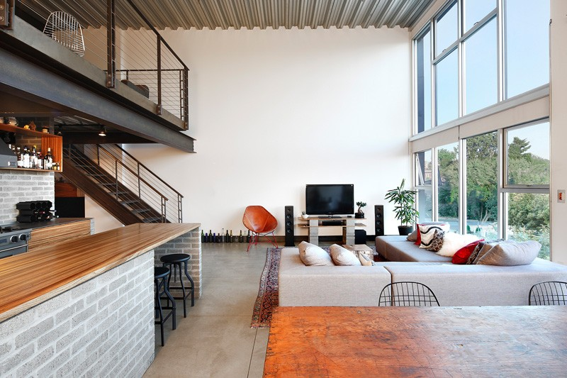 An industrial interior for this loft apartment in seattle for Decoracion tipo loft