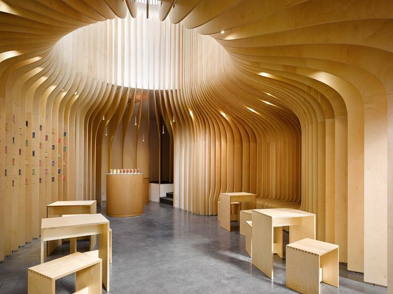 طراحی داخلی فروشگاه با استفاده از چوب در پراگ