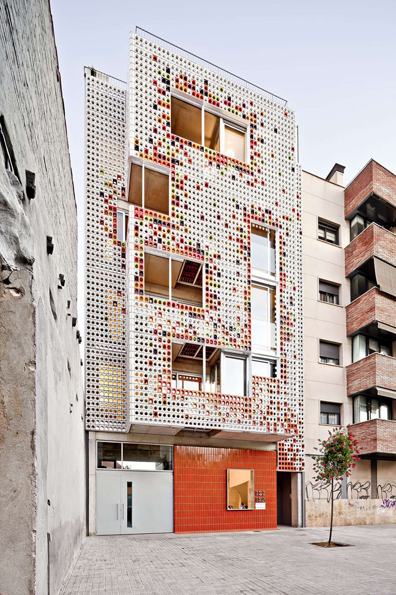 Lagula Architects gave this apartment building in Badalona, Spain, a facade made of glazed ceramic blocks in a variety of colors. #GlazedCeramicBlocks #CeramicBlocks #Architecture #BuildingDesign