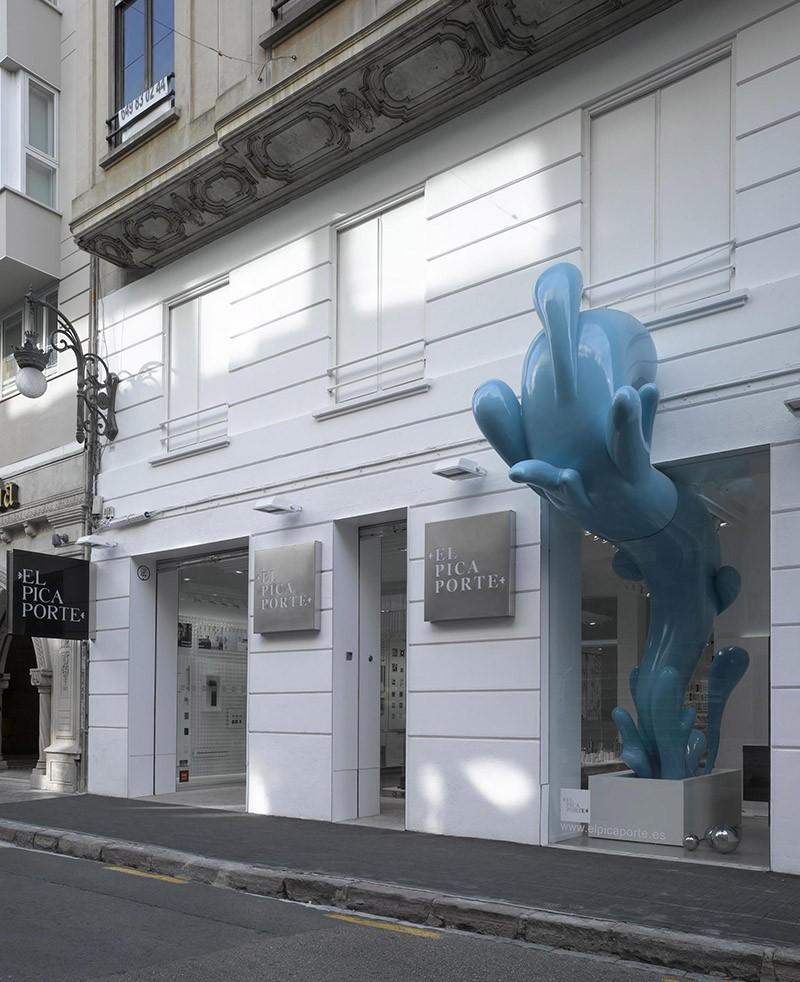 Whimsical water splash sculpture