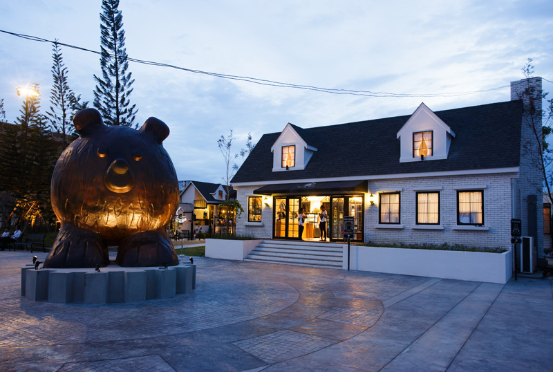 Villa De Bear By party / space / design