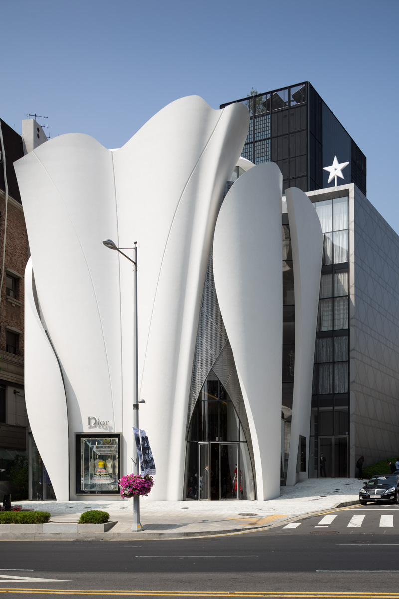A Quick Look At How The Flowing Panels Of The Dior Flagship Store In Korea Were Made