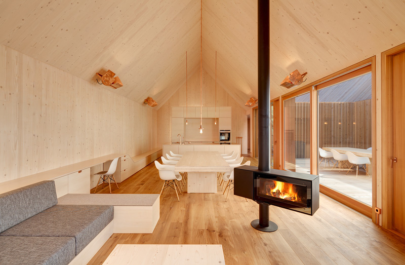 9 examples of freestanding fireplaces that make a for Architektur einfamilienhaus modern