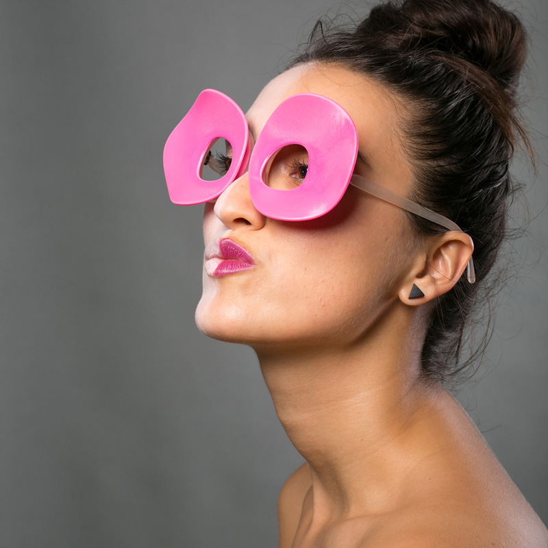 Architect and designer Nasim Sehat, has created Biz Eyes, a collection of 3D printed eye wear that allow you to easily switch out the decorative frame.