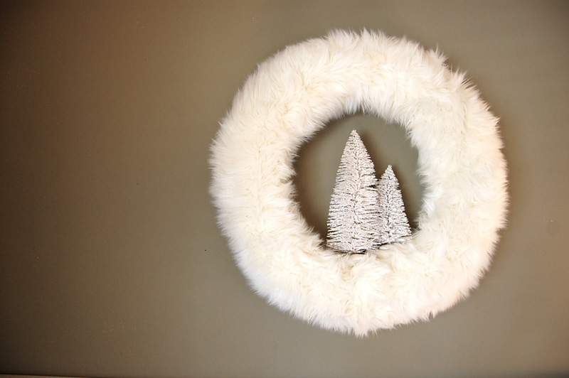 12 Modern Christmas Wreath DIY Ideas // White Fur Wreath