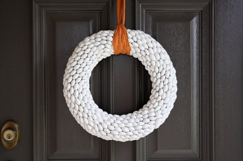 12 Modern Christmas Wreath DIY Ideas // Acorn Wreath