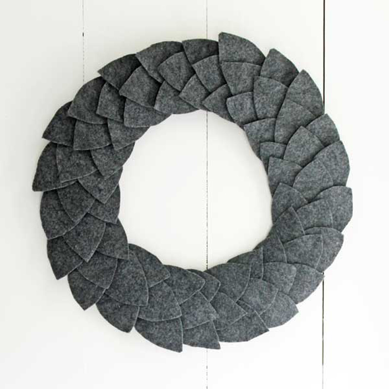 12 Modern Christmas Wreath DIY Ideas // Felt Leaf Wreath
