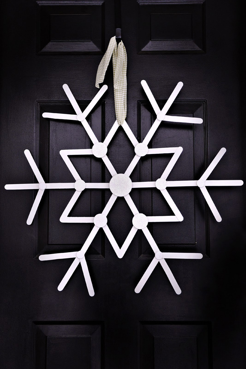 12 Modern Christmas Wreath DIY Ideas // Simple Snowflake Wreath
