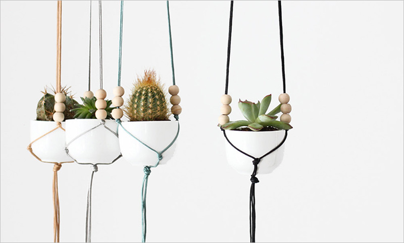 Small hanging planters with a ceramic pot and colorful ropes by HRUSKAA. #Planters #SmallPlanters #Plants #Decor #HomeDecor #GiftIdea #HangingPlanter