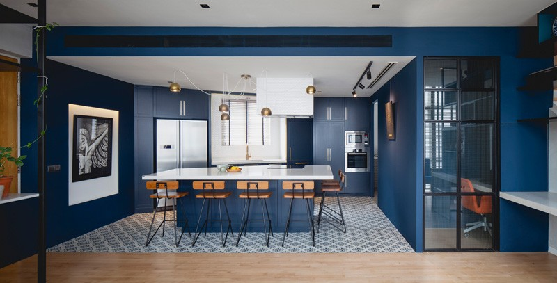 A modern apartment in Singapore with a bold royal blue kitchen. #BlueKitchen #ModernKitchen #BlueCabinets #InteriorDesign #KitchenDesign