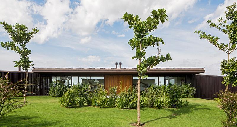 CA House in Bragança Paulista, Brazil, designed by Jacobsen Arquitetura.