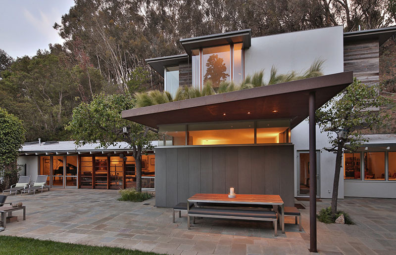 The home is located in the santa monica canyon in california giving