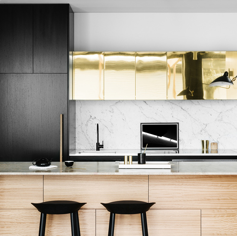 A marble backsplash offers a number of benefits in the kitchen. They age beautifully, suit a variety of styles including modern and minimal, and are extremely durable to both heat and moisture. #KitchenBacksplash #MarbleBacksplash #KitchenDesign #BacksplashIDeas