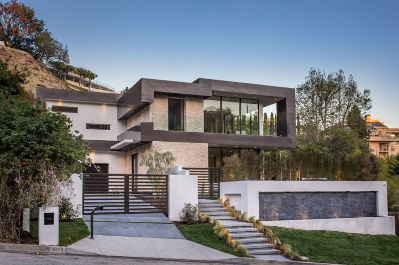 This new house is lighting up the hollywood hills in los for Modern house design los angeles