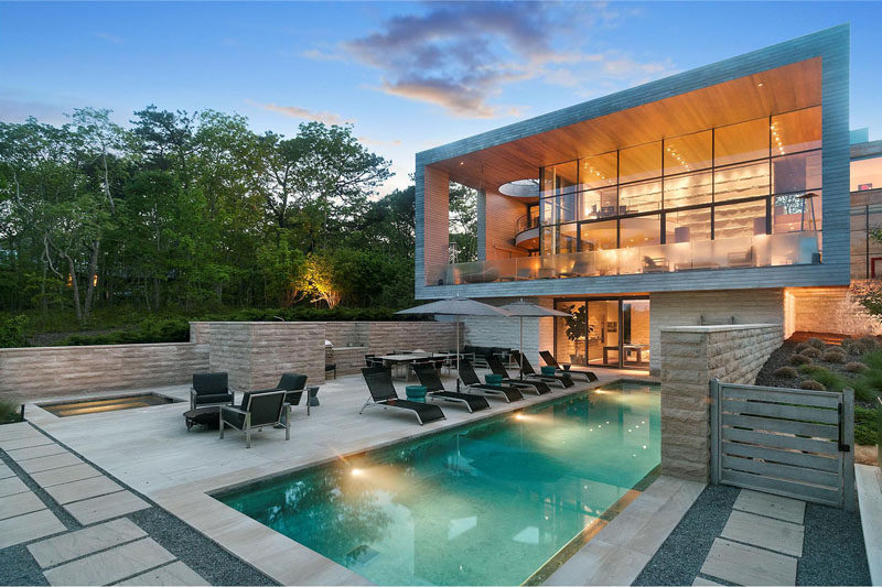 This secluded home in the Amagansett North neighborhood of the Hamptons (New York), is surrounded by trees and has amazing views of the area.