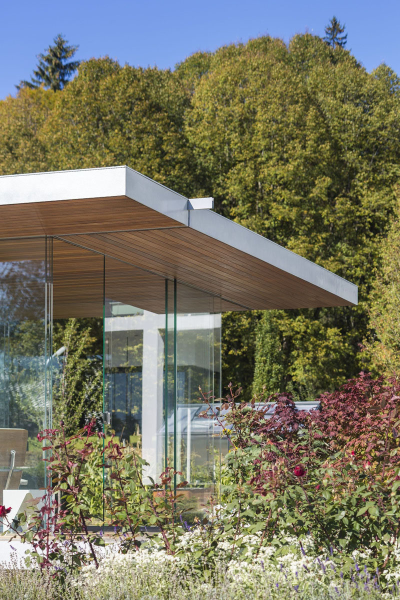 All In Glas.This Modern Pool House Is Surrounded By Glass