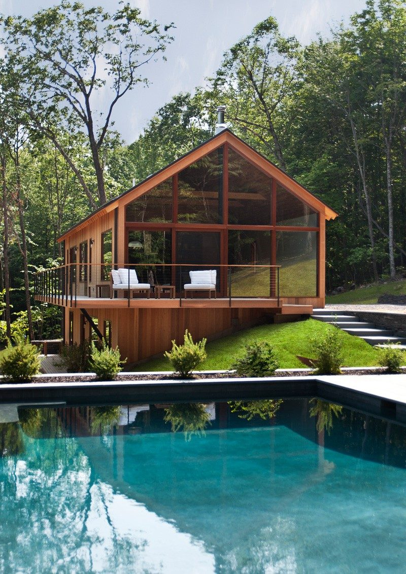 This wooden house with a swimming pool is tucked away in the Catskills forest of New York.
