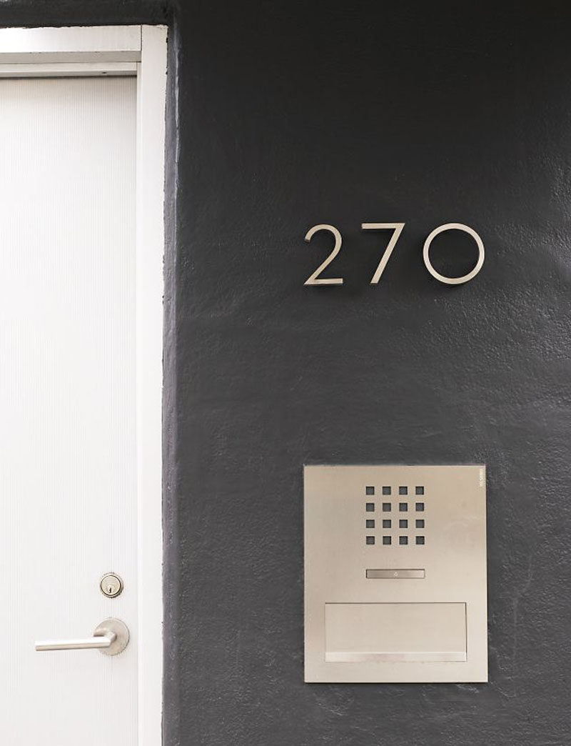Minimalist numbers added right beside the front door are a classy way to display your address and won't be missed by people looking for your house. #ModernHouseNumber #HouseNumbers #HomeDecor