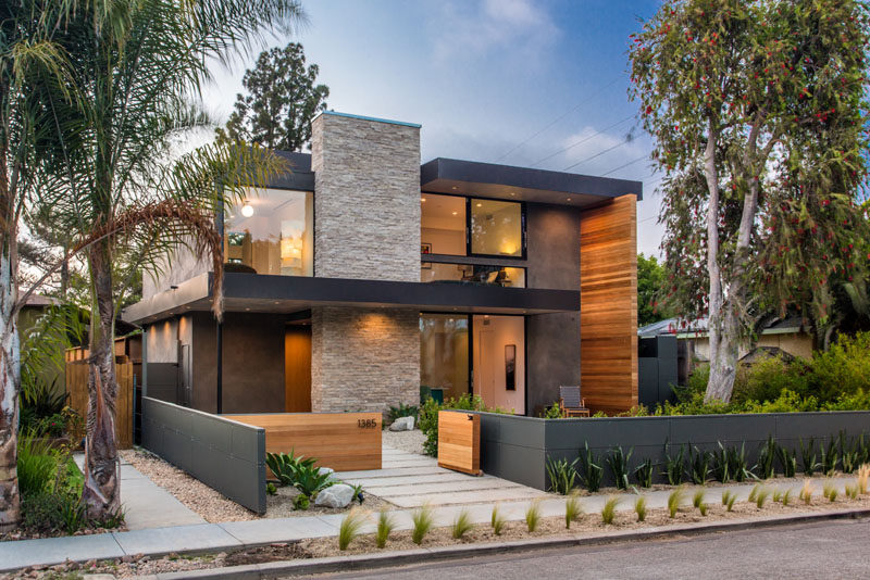 Located within Venice, California, is this recently completed modern house that features elements like a backyard guest suite, open-plan living, a swimming pool, and a sunken outdoor lounge.