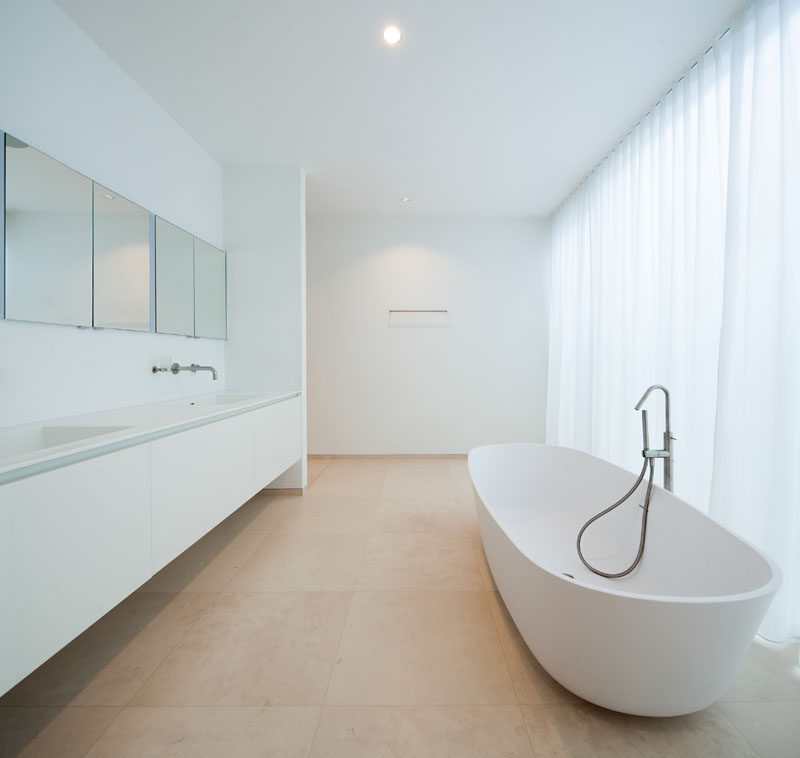 6 Ideas For Creating A Minimalist Bathroom // Clutter Free --- Clutter is a minimalists worst nightmare. The key to achieving a minimalist bathroom is to eliminate the clutter.