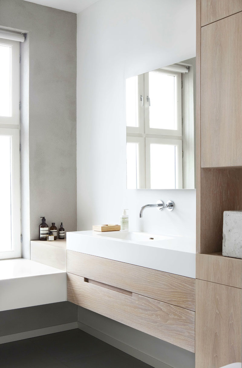 6 Ideas For Creating A Minimalist Bathroom // Simple Accents And Decor