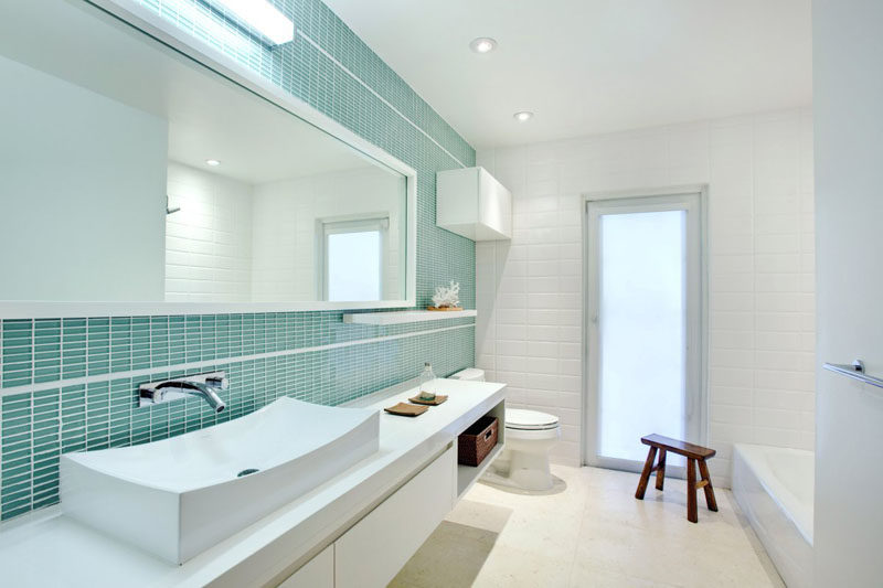 13 Inspirational Examples Of Blue And White Bathrooms // This White Bathroom  Is Broken Up