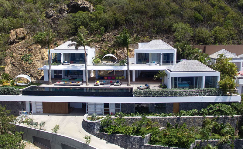 Tucked into the edge of a cliff and overlooking Corossol Beach and Gustavia Harbor (Caribbean), this villa, named Villa Utopic, offers guests a luxurious stay where the focus is put on appreciating natural beauty while enjoying modern design and comfortable living.