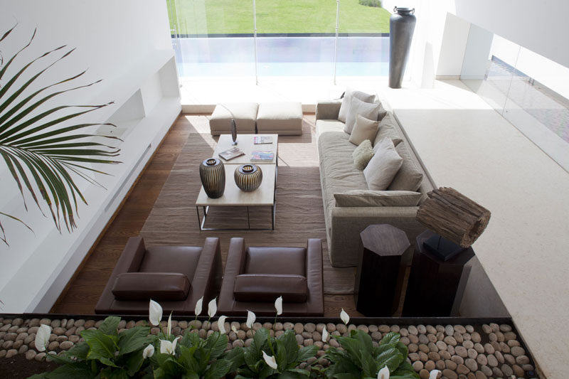 15 Living Room Layouts From Above // Clean lines, big windows, and warm colors make this living room modern and cozy.