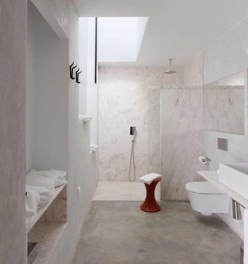23 Pictures That Show How Concrete Floors Have been Used Throughout Homes // Concrete is often used in bathrooms and paired with wood or other natural elements to create a modern and neutral space that can handle moisture and changing temperatures.