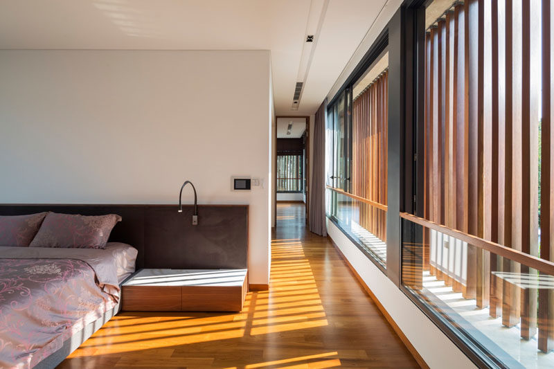 Adjustable vertical timber louvers along the windows shield the glazing and regulate how much sunlight reaches the bedroom, as well as ensuring privacy when required.