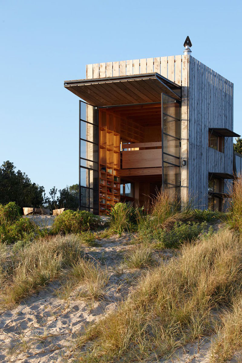 Crosson Clarke Carnachan designed a hut on sleds in Whangapoua, New Zealand.