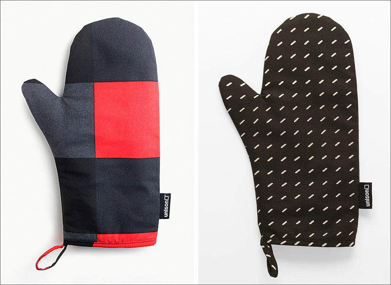 Gift Ideas For People Who Love To Cook // Oven mitts with color blocking or in a dark material hide food better than lighter colors and add style to your kitchen when they're left sitting on the counter.