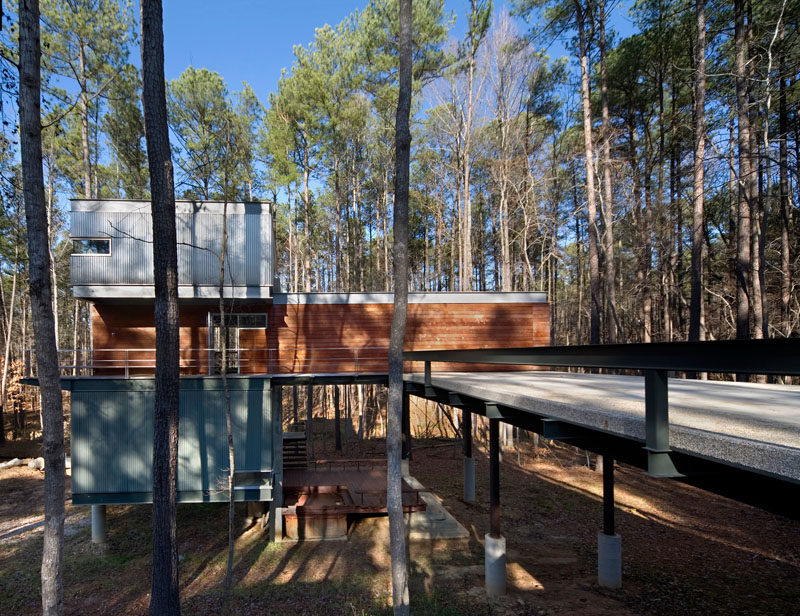 18 Modern House In The Forest // Tall skinny trees surround this contemporary forest home in North Carolina. #ModernHouse #ModernArchitecture #HouseInForest #HouseDesign