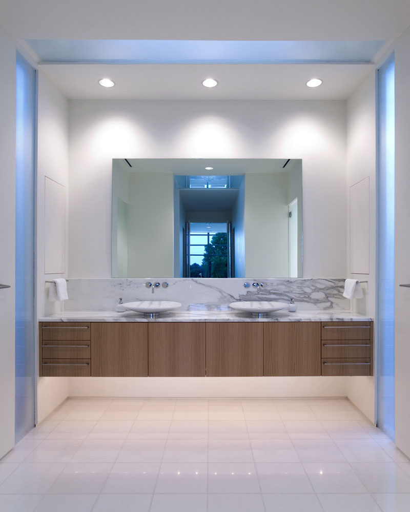 5 Bathroom Mirror Ideas For A Double Vanity // A single mirror helps to make a small bathroom seam even larger by reflecting light.