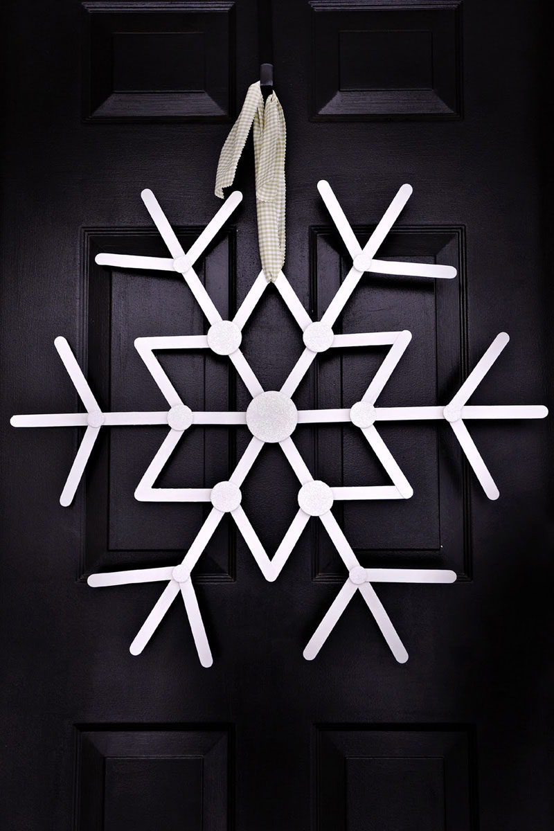 21 Modern Wreaths To Decorate Your Home With This Holiday Season // You can still have a white Christmas even if you don't get any snow with this simple snowflake wreath.