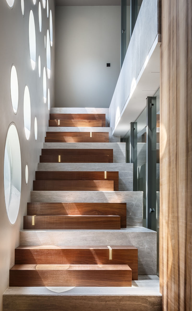 The design of these stairs combines wooden steps with a concrete base, and LED strips add some discreet lighting. #ModernStairs #StairDesign