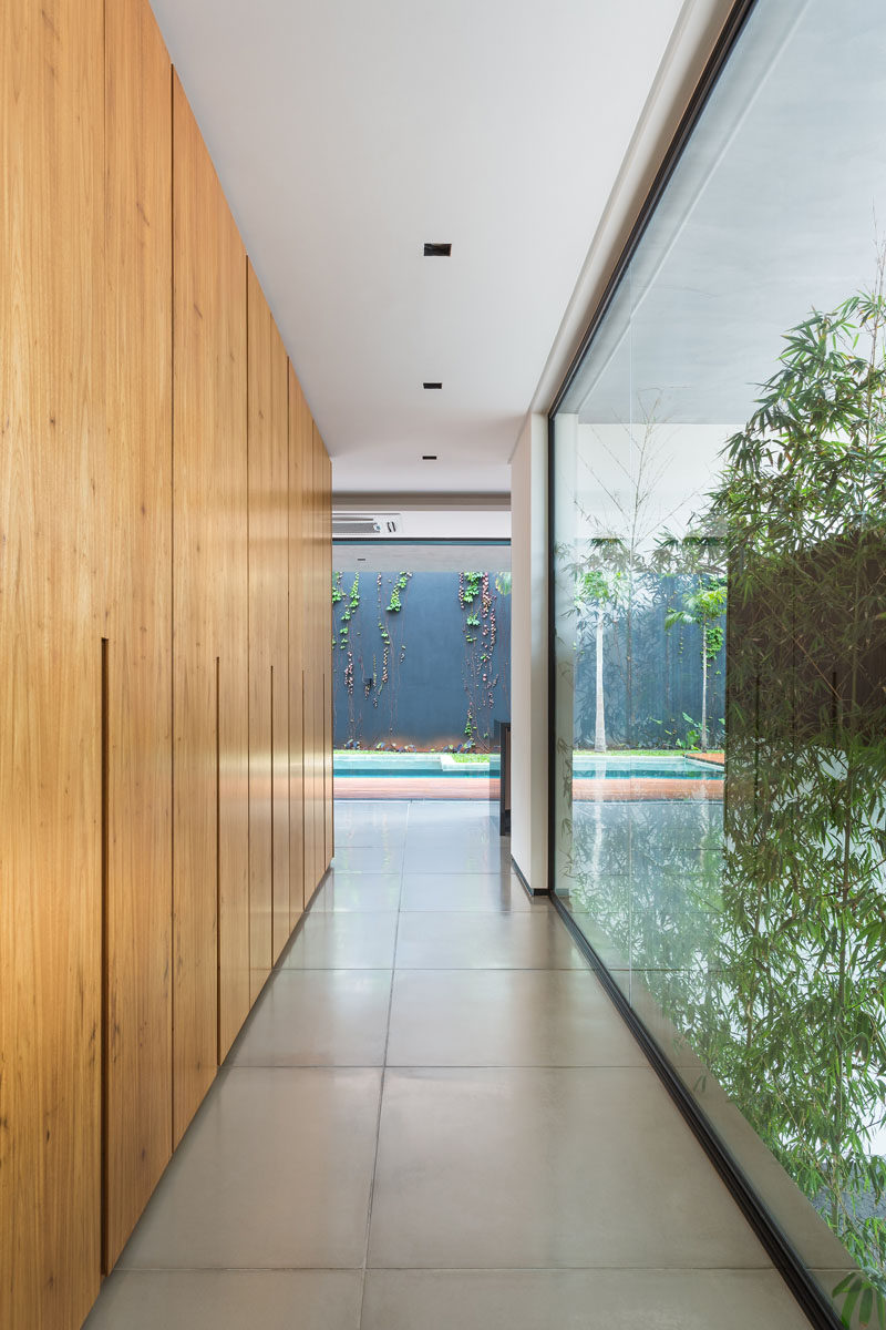 A hallway has been created between the living room and the kitchen, creating a space for extra storage and a view of the garden.