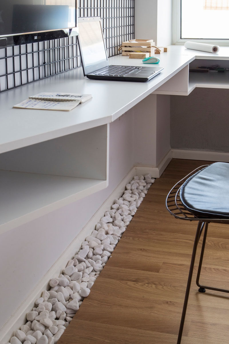 Under this desk, a touch of nature has been brought in with the use of white pebbles, perfect for giving your feet something to play with when you are working at home.