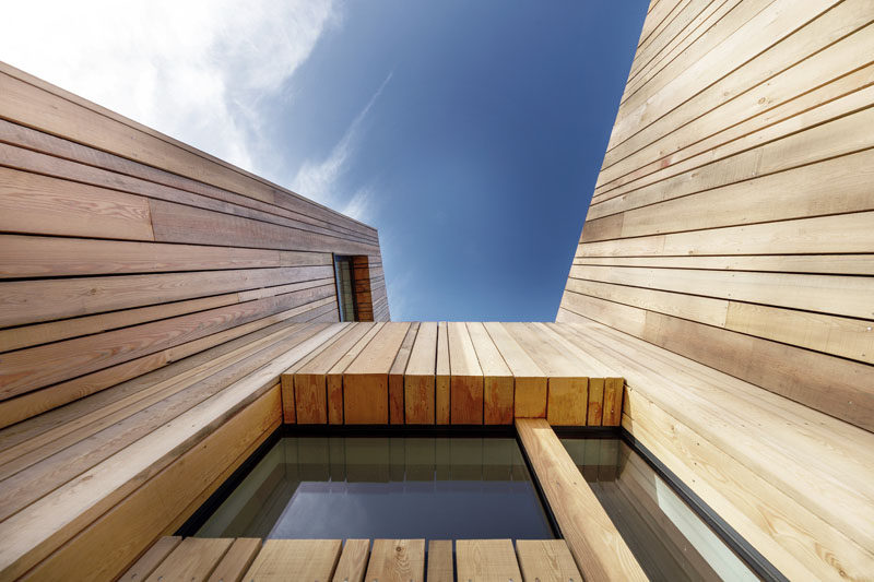 Woods of different widths have been used to create the unique wooden facade on this holiday home.