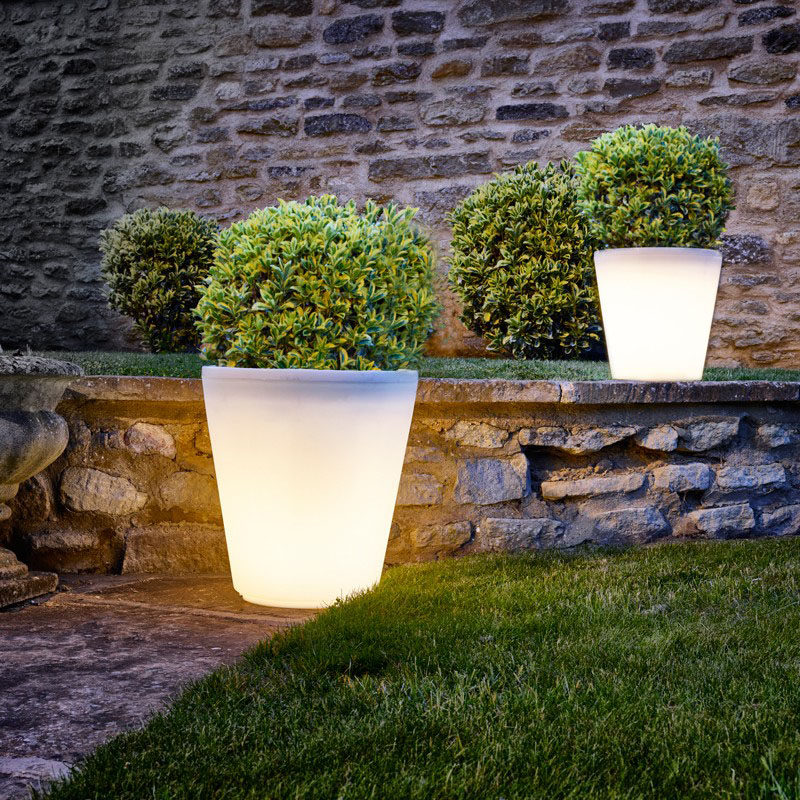 8 Outdoor Lighting Ideas To Inspire Your Spring Backyard Makeover / 8 Outdoor Lighting Ideas To Inspire Your Spring Backyard Makeover / Pots and Planters - They come in a huge range of sizes so whether you're planting a few flowers or a massive hedge, an illuminated planter is up for the job.