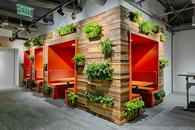 Wall Decor Ideas - Combine reclaimed pallet wood and green plants for a creative feature // Wood feature walls made from reclaimed wood pallets combined with plants are a great way to add texture and warmth to your walls and interior.