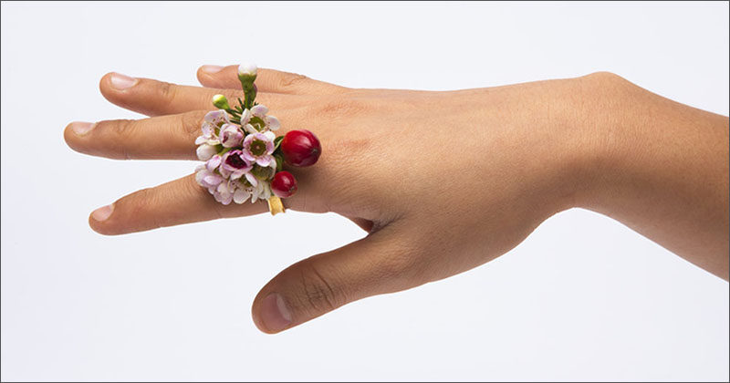 Ikebana is the Japanese art of thoughtfully arranging flowers with a focus on fostering closeness with nature. It was also the inspiration for the Ikebana Ring designed by Gahee Kang.
