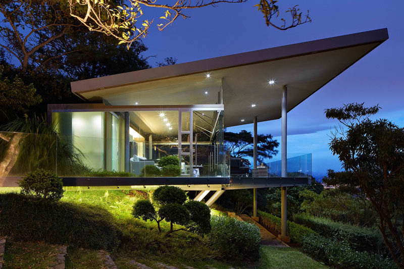 Cañas Arquitectos were tasked with designing an entertaining space for their clients that wanted to have a dedicated room for visiting friends and family, where they could enjoy the view and spend afternoons.