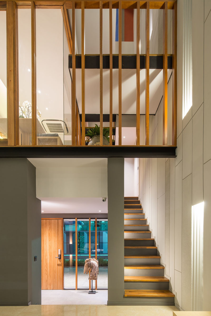 Stepping inside this modern house, the entrance foyer is a transitional area between the exterior and the interior of the home.