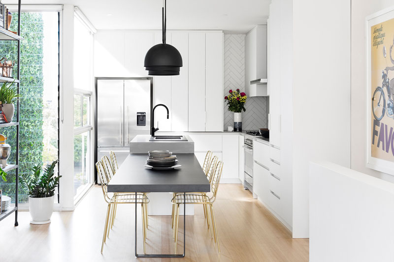 Using a simple color scheme of black, white, and gold, and a number of modern design elements, Australian design company GIA Renovations have completed a bright, contemporary kitchen update.