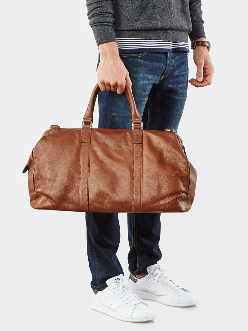 This modern large brown leather duffel bag with extra pockets inside ensures that you'll be able to fit in all your essentials.