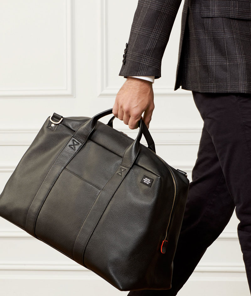 This modern, simple black leather weekend bag lets you show off your sophisticated style.